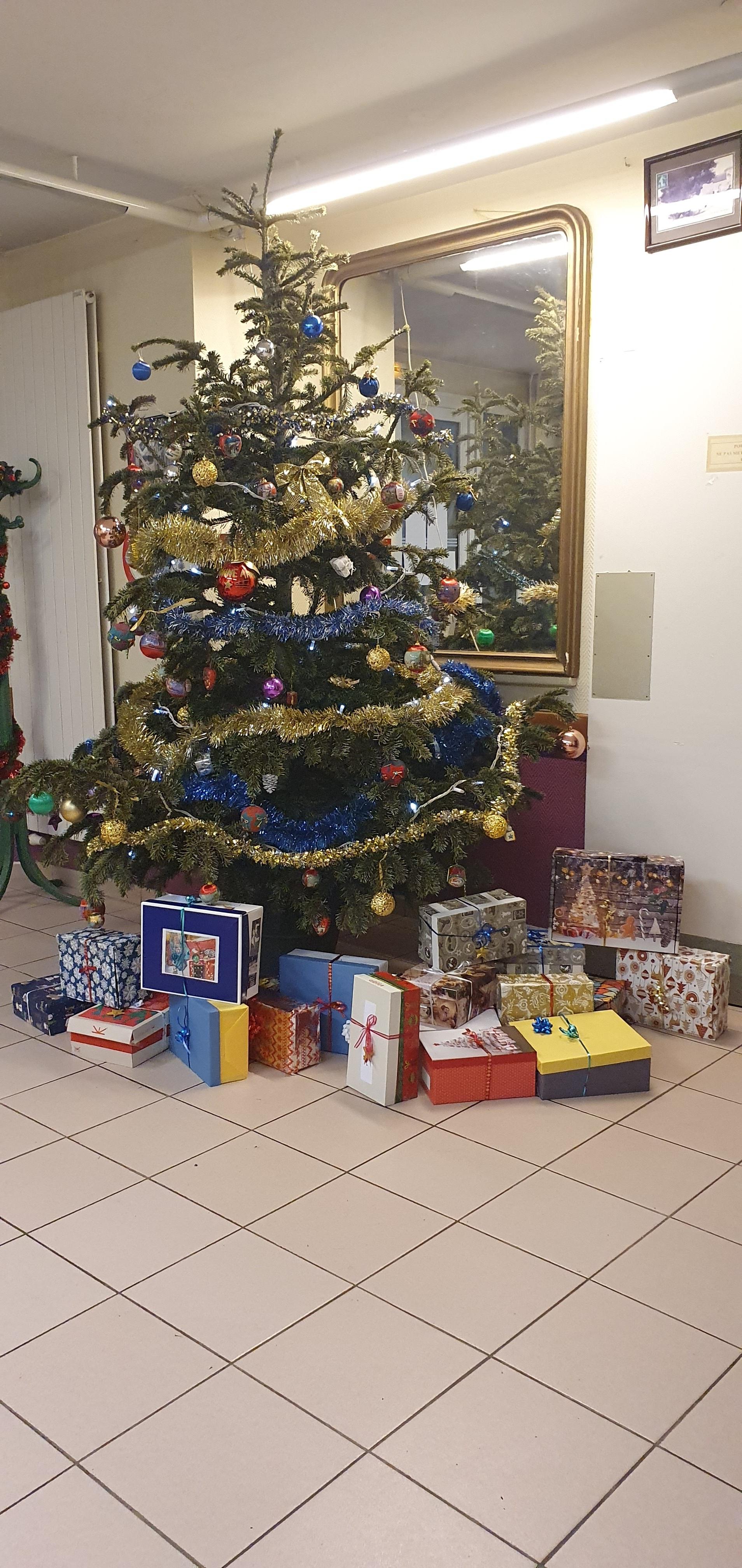 Cadeaux déposés au pied de notre sapin par l'Association